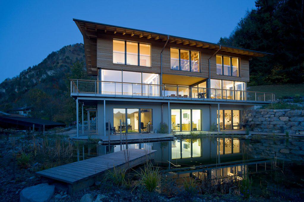 Haus mit Glasfront bei Nacht