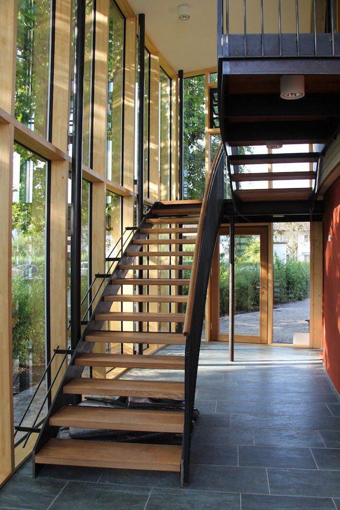 Glasfassade innen mit Treppenaufgang