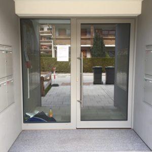 Eingangstür Mit Verspiegelter Glasfront