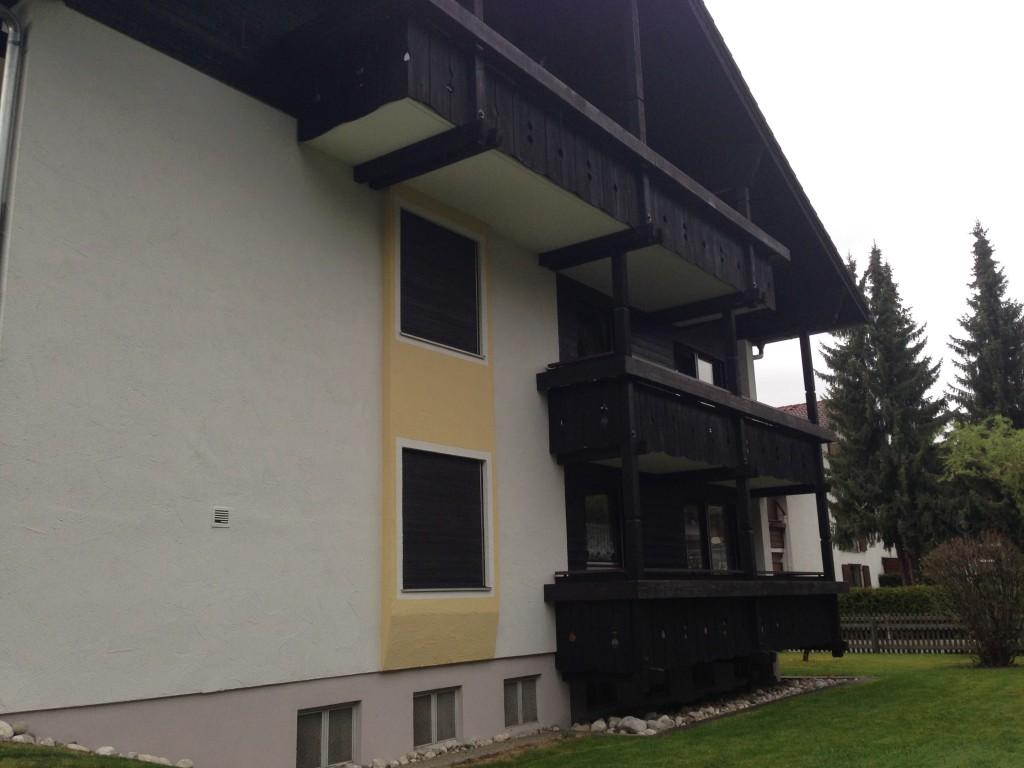 Haus Mit Dunklen Holzbalkonen