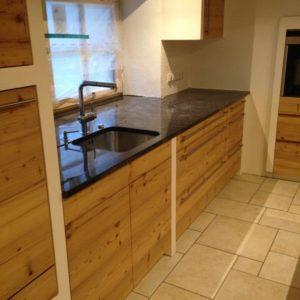 Küche Mit Naturholzfronten Und Schwarzer Marmorplatte