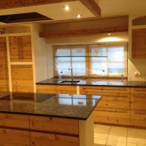Küche Mit Naturholzfronten Und Marmorplatte Und Kochinsel