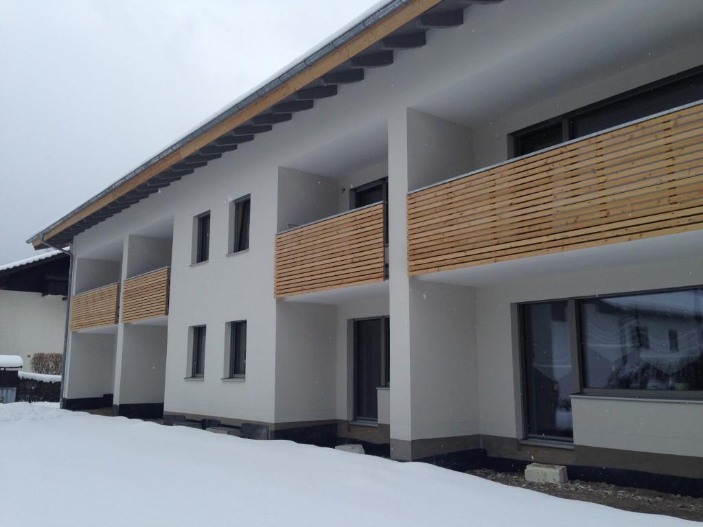 Wohnhaus Mit Modernen Holzbalkonen