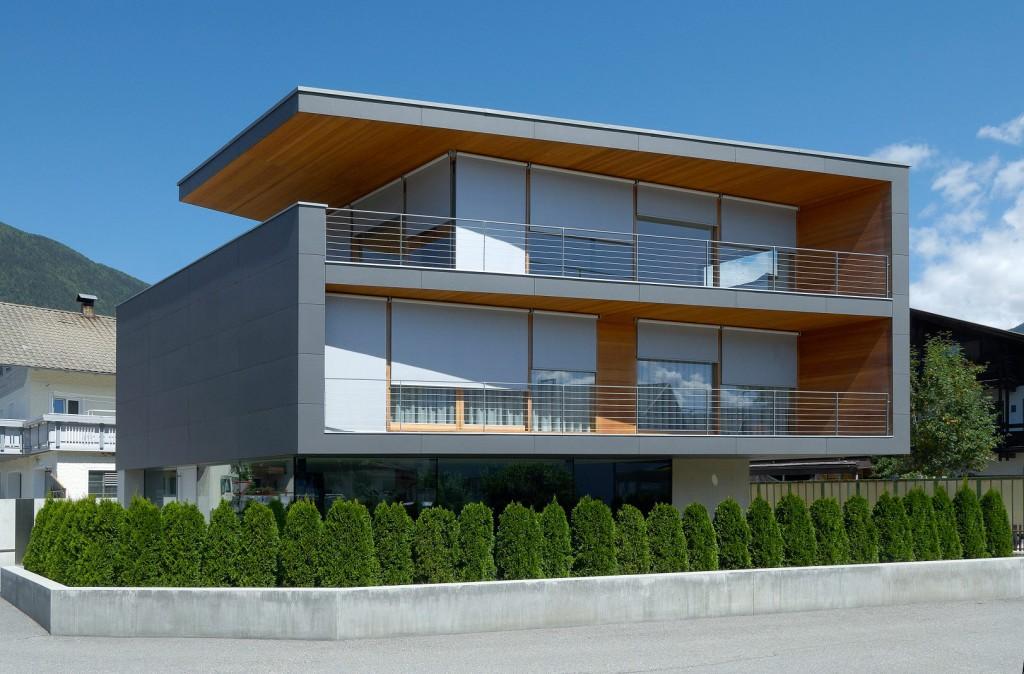 Modernes zweistöckiges Rechteckiges Haus mit Flachdach mit Sonnenschutz Senkrechtmarkisen an jedem Fenster